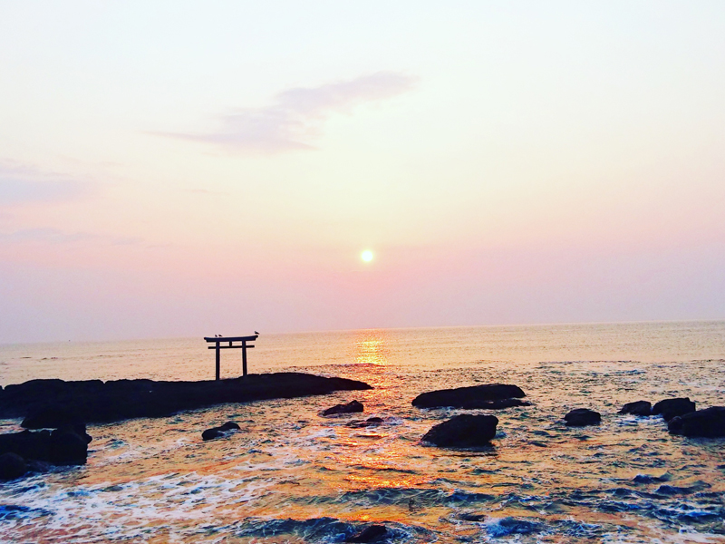 夕映えの海に浮かぶ鳥居
