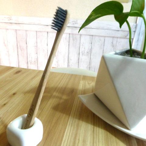 竹でできた歯ブラシは、さりげない自然的な暮らしと温もりをくれます。